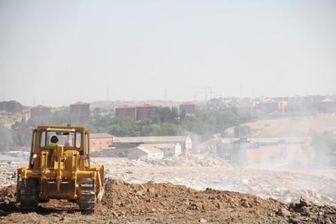 Maquinaria trabajando en el vertedero ilegal. (Foto: Irene Núñez).