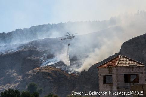 Medios aéreos trabajando en la extinción del fuego. (Foto: Kike Ayala).
