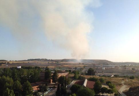 Una imagen de la columna de humo, obtenida alrededor de las 19:00 horas de hoy (Foto: Eva Rojo)