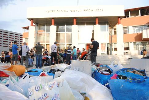 Vecinos de Rivas y asociaciones de la ciudad se han reunido esta tarde, junto al Ayuntamiento, para organizarse, recopilar y entregar todo el material que puedan necesitar las personas refugiadas. (Foto: Irene Núñez).