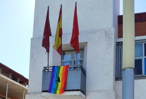 Bandera LGTB ondea en el Ayto de Rivas con un lazo negro