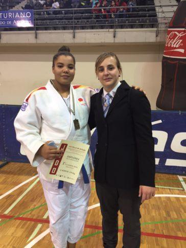 Nissrin con su profesora María Cabas (Foto cedida por el club)