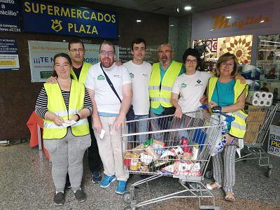 Un grupo de voluntarios y voluntarias de la RRAR durante una de sus recogidas de alimentos en un supermercado (Foto RRAR)