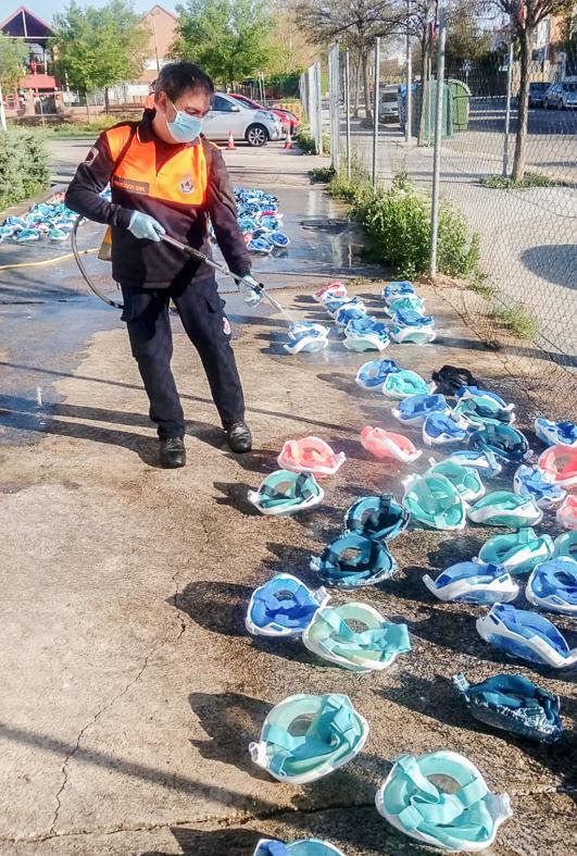 Un voluntario de Protección Civil de Rivas desinfecta las cientos de mascarillas de Decatlon donadas por la ciudadanía para usar como respiradores.