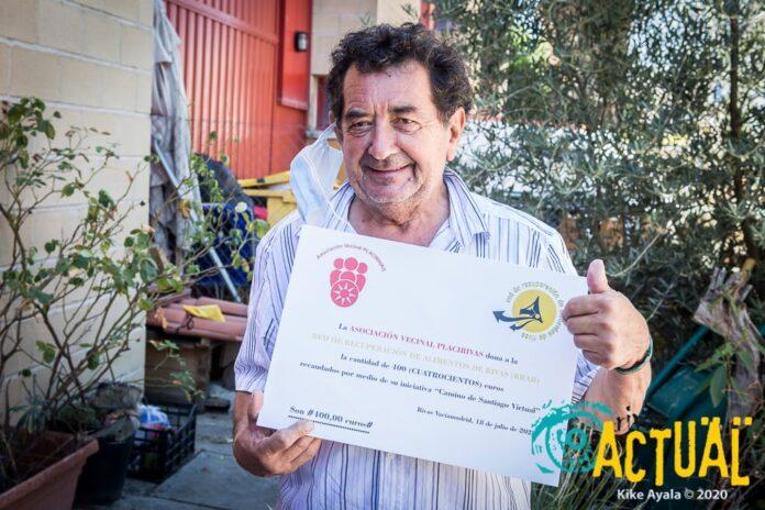 En la imagen, Jorge López, presidente de la RRAR, recogiendo el cheque de 400€ donado por la Placirivas.