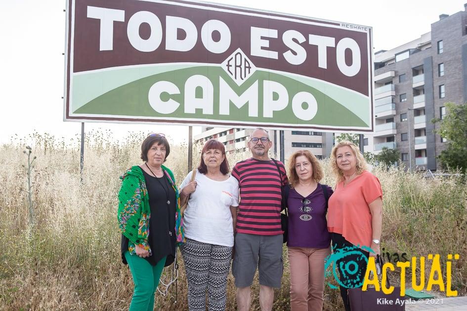 Mati, Sole, Juan Carlos, Araceli y Marina, delante de una de las parcelas, ubicada en el barrio de La Luna, que la EMV pondrá a disposición de los proyectos de 'senior cohousing' (Foto Kike Ayala/RIVAS ACTUAL)