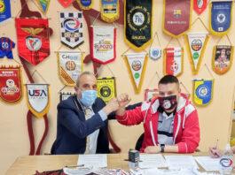 En la imagen, los presidentes de ambos Clubes, Luis Moreno por parte de Rivas Futsal y Miguel Sánchez por parte de EFS Arganda, firmando el acuerdo.