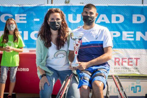 En la imagen, el italiano Luca Arca ganador del cuadro masculino, recibiendo el trofeo de mamos de la concejala de deportes, Mónica Carazo. Foto: Kike Ayala (FUNDAR).