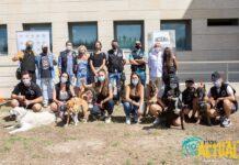 En la imagen, el grupo del proyecto de terapia asistida por animales 'Perrutis Bro', organizado por la Unidad de Agentes Tutores y premiado en los Galardones, en la entrega los diplomas de su primera edición. Foto: Kike Ayala (Rivas Actual).